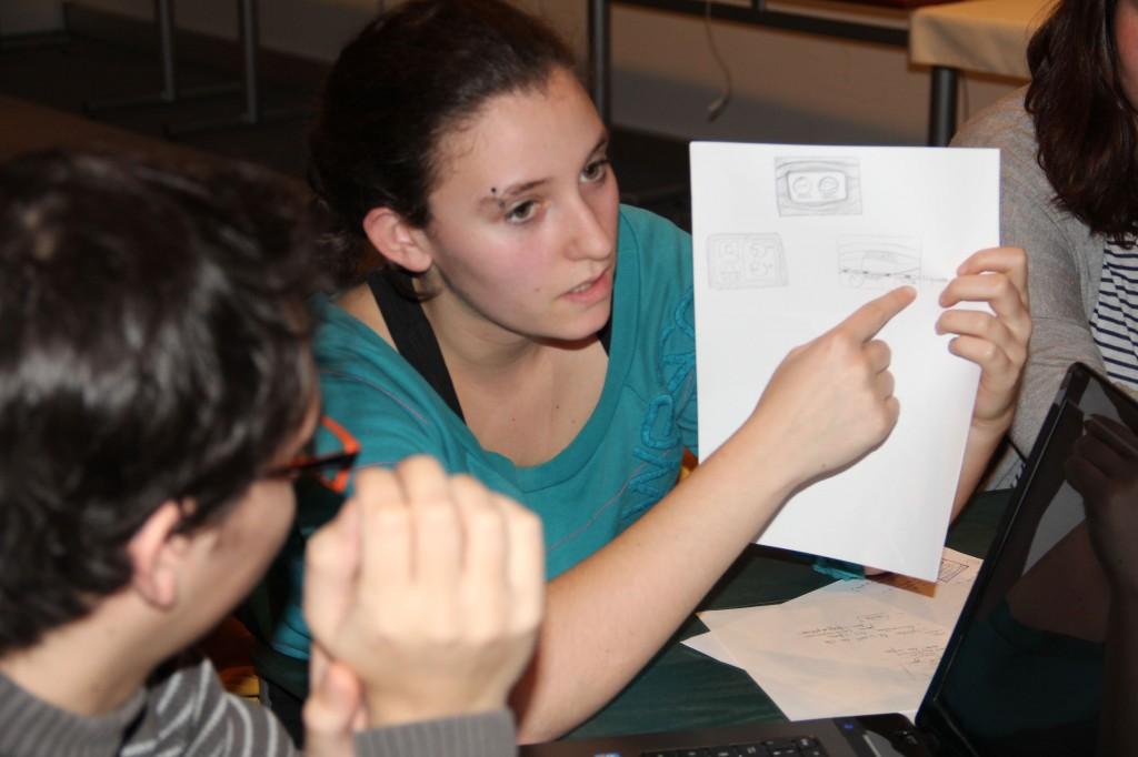 """Louma, étudiante de AGR, montre un croquis à son groupe """"Bobos ou prolos ?"""""""