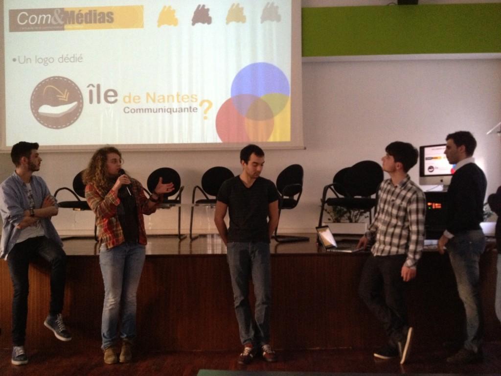 """Pauline, étudiante à AGR, présente son travail dans le groupe """"Une île de communicants ?'"""